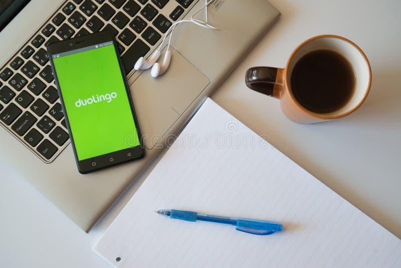 Duolingo va uso en smartphone imagenes de archivo