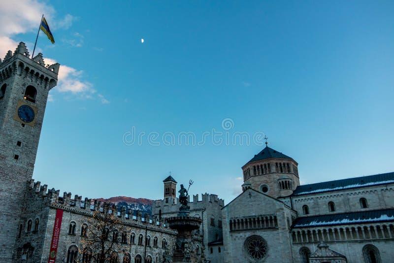 Duomo de la plaza del centro de ciudad de Trento fotografía de archivo