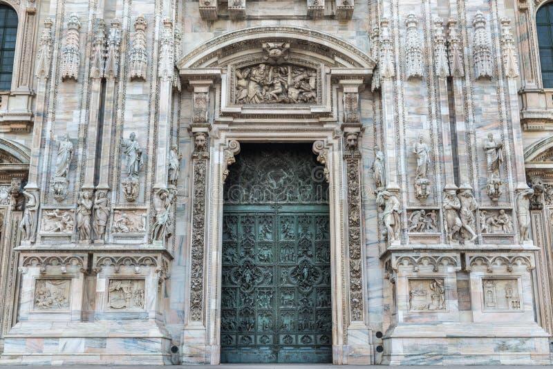 duomo di milano italia il dettaglio della porta di