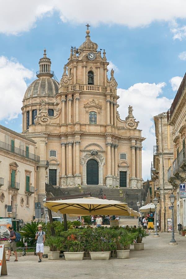 Duomo di San Giorgio, un quadrato con una chiesa di St George a Ragusa, Sicilia Italia fotografie stock