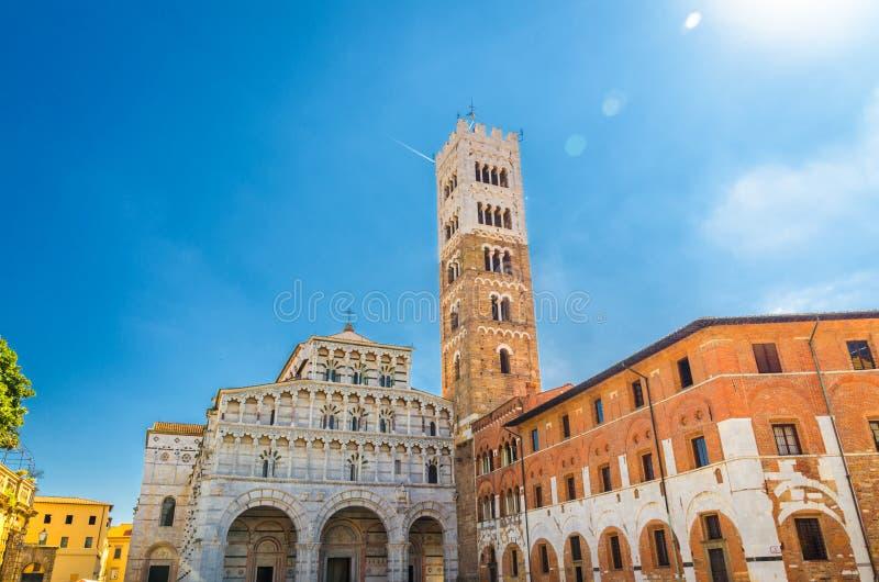 Duomo Di San Martino San Martin kathedraalvoorgevel en klokketoren in historisch centrum van middeleeuwse stad Luca stock fotografie
