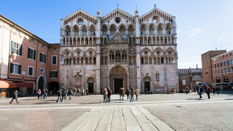 Duomo en toeristen op piazza Cattedrale in Ferrara stock afbeelding