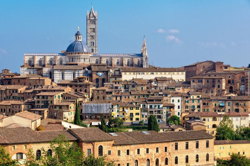 Duomo från den Medici fästningen - Siena arkivbilder