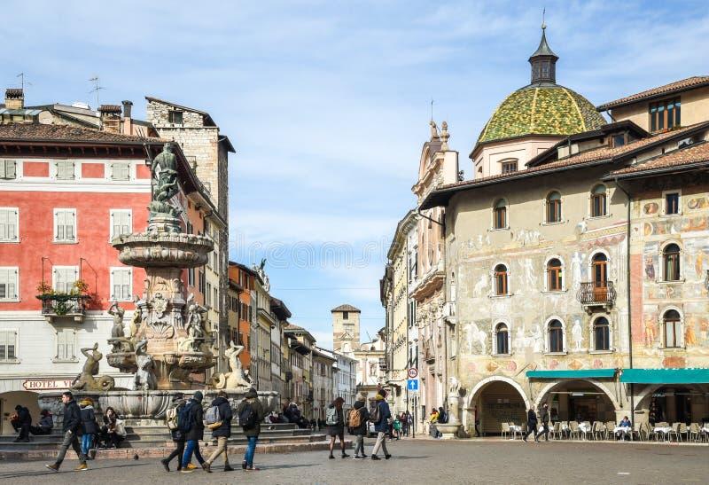 Duomo kwadrat z fontanną Nettuno, na tle dziejowi pałac, Trento, Trentino Altowy Adige, Włochy obraz royalty free