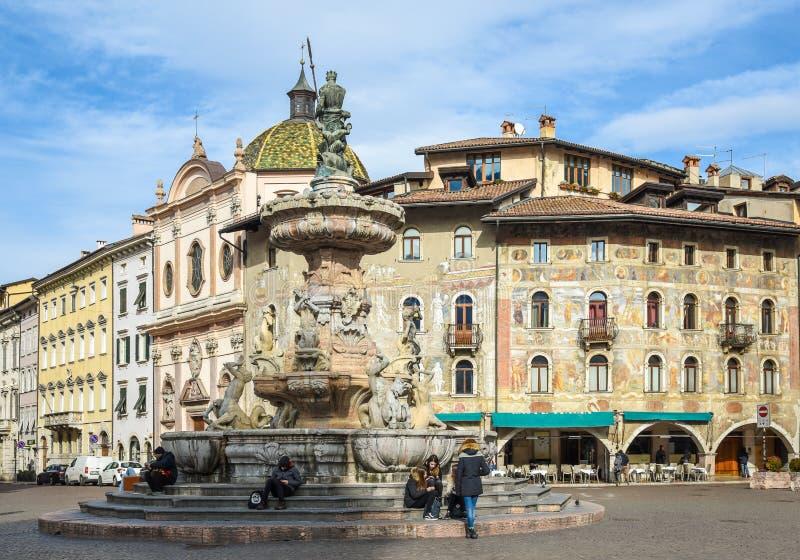 Duomo kwadrat z fontanną Nettuno, na tle dziejowi pałac, Trento, Trentino Altowy Adige, Włochy zdjęcia stock
