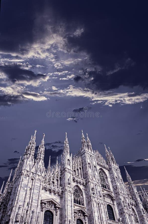 Duomo Mediolan pod chmurnym niebem zdjęcie royalty free