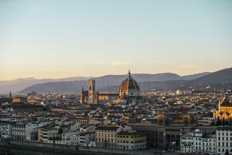 Duomo Santa Maria Del Fiore och Bargello i eftermiddagen från Piazzale Michelangelo i Florence, Tuscany, Italien arkivbild