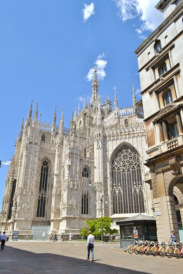 Duomo van Milaan en fiets die parkeren huren stock fotografie