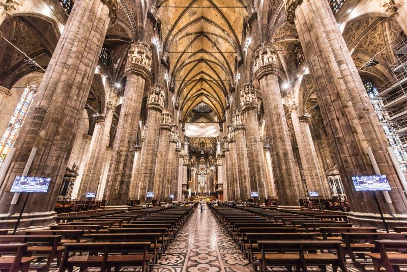Duomo von Mailand, Italien, innerhalb der Architektur lizenzfreie stockfotos