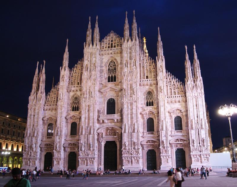 Duomodi Milaan bij nacht stock afbeelding