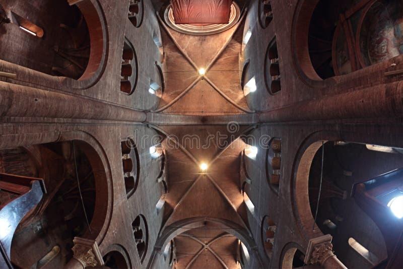 Duomoinnenraum in Modena, Italien stockbilder
