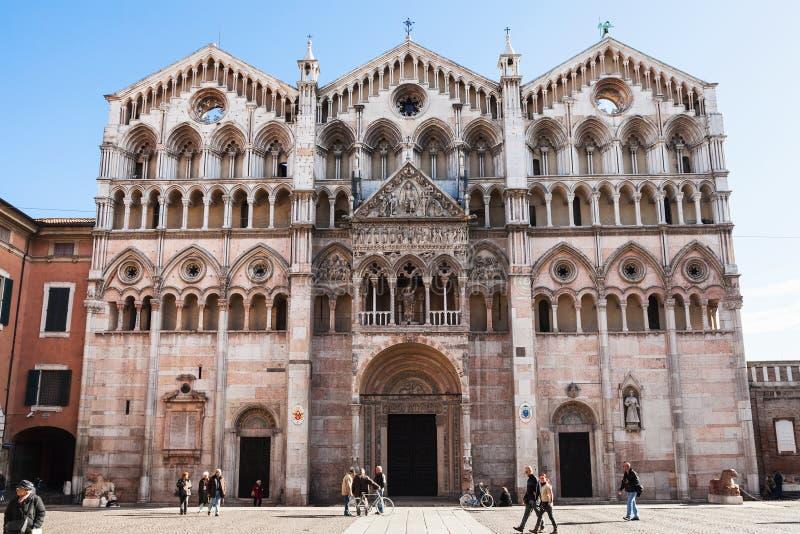 Duomokathedraal en toeristen op piazza in Ferrara royalty-vrije stock fotografie