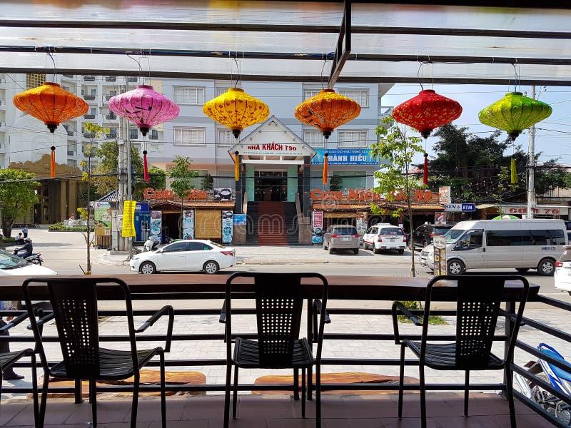 Duong东市,富国岛,越南- 2018年12月:在街道咖啡馆的五颜六色的越南灯笼 ? ?? 库存照片