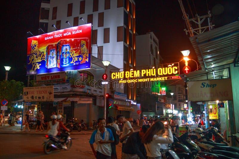 Duong Dong miasto, Phu Quoc Wietnam, Grudzień, - 2018: neonowy signboard na wejściu noc rynek z ludźmi i motocyklami obraz royalty free