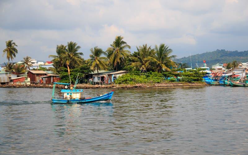Duong Dong miasto, Phu Quoc Wietnam, Grudzień, - 2018: statek w dennym pobliskim schronieniu z chmurami, kolorowymi drzewkami pal zdjęcia royalty free