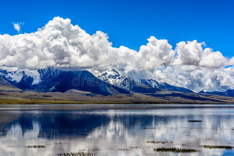 Duoqing湖和山Chomolhari 图库摄影