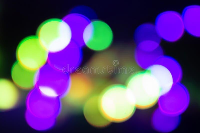 Duotone gräsplan och purpurfärgade oskarpa neonljus på svart arkivbilder