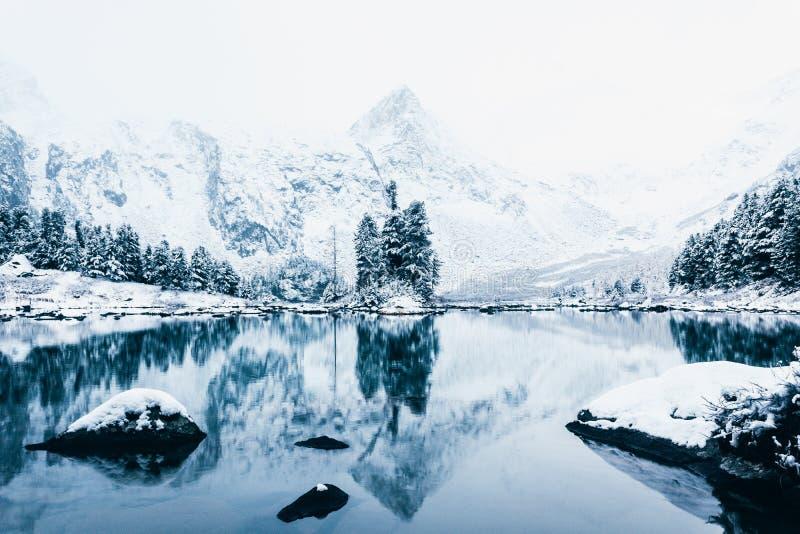 Duplique la superficie del lago del invierno con una cordillera fotografía de archivo