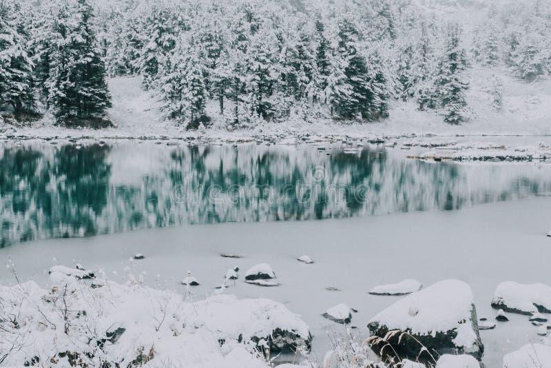 Duplique la superficie del lago del invierno con una cordillera fotos de archivo libres de regalías