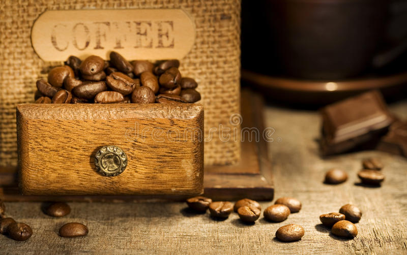 Durée de Stiill avec la rectifieuse de café antique photographie stock