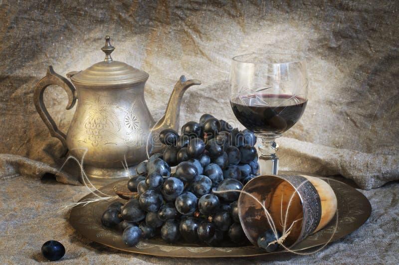 Durée de Vstill avec du vin et des raisins photographie stock libre de droits