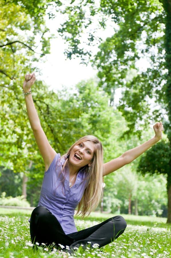 Durée heureuse - le femme apprécie à l'extérieur image libre de droits