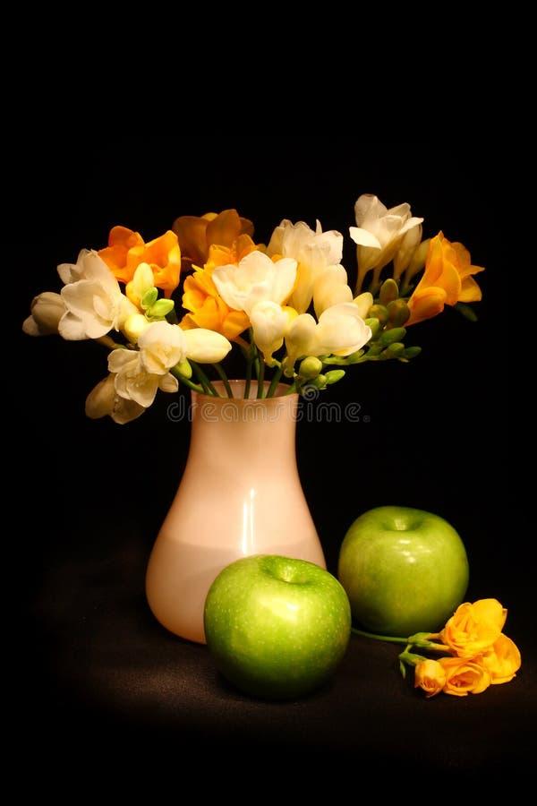 Durée toujours avec des pommes et des fleurs image stock