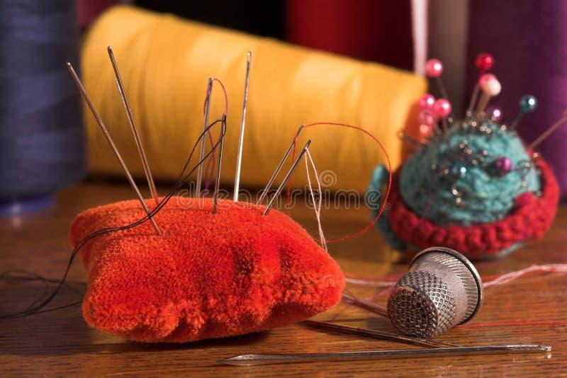 Durée toujours avec les pointeaux et le coton. photo stock