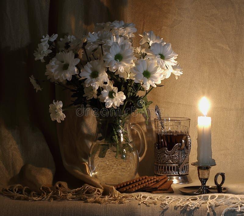 Durée toujours 1 fleurs blanches dans un décanteur en verre photo stock