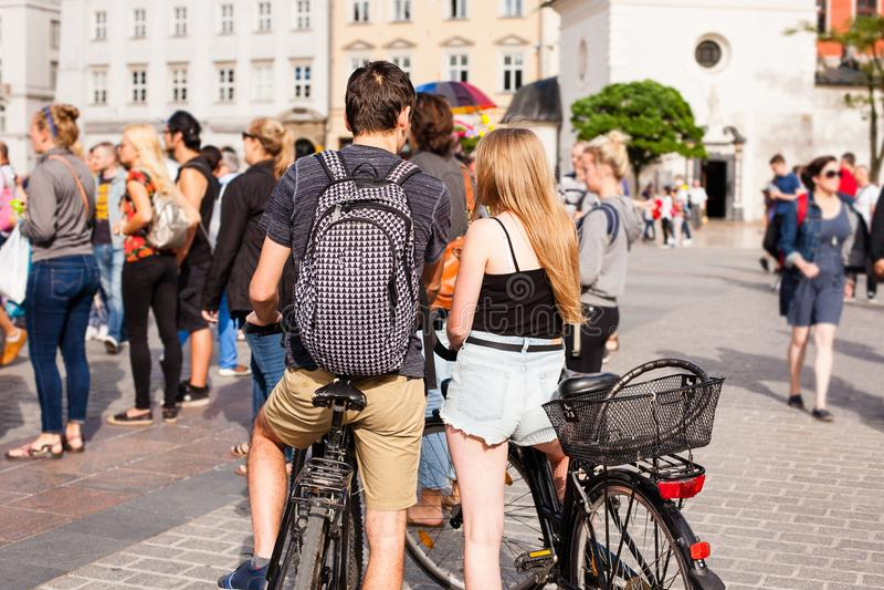 Durée urbaine Les gens marchant dans une grande rue de ville images stock