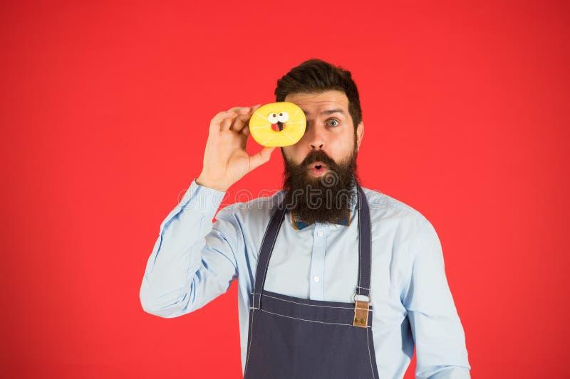 Dur?e douce Homme barbu dans le tablier R?gime et nourriture saine R?gime de beignet calorie Faim de sensation Aucun r?gime Homme photo libre de droits
