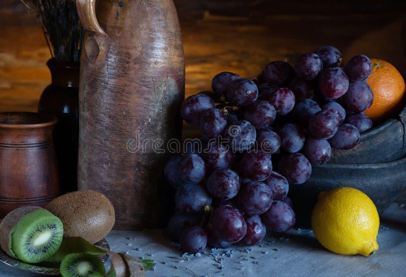 Dur?e toujours dans un type rustique plats en c?ramique et fruits photo stock