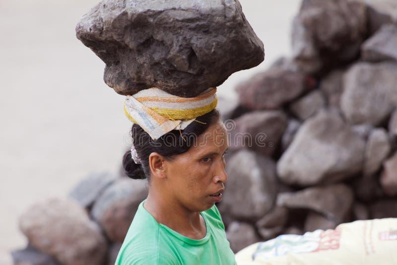 Dur labeur de femme dans Bali photo libre de droits
