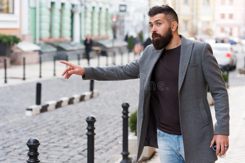 Durante as horas de ponta Homem de negócio na cidade moderna Homem farpado que vai trabalhar Moderno no estilo do negócio na rua fotografia de stock royalty free