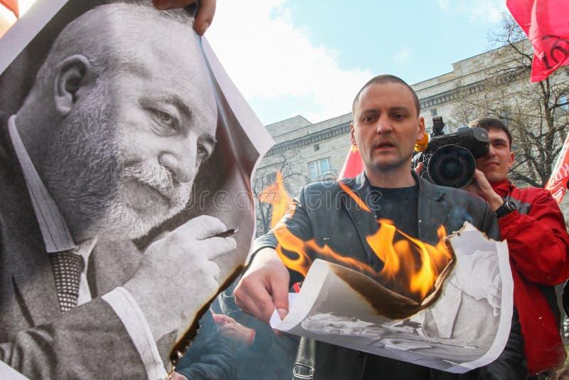 Durante a celebração do primeiro de maio Sergei Udaltsov - um dos líderes do movimento de protesto em Rússia foto de stock