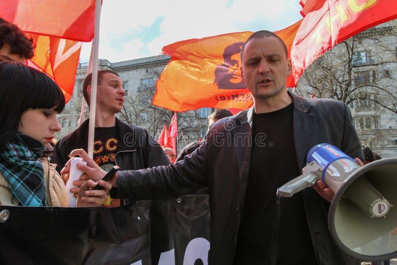 Durante a celebração do primeiro de maio Sergei Udaltsov - um dos líderes do movimento de protesto em Rússia fotos de stock