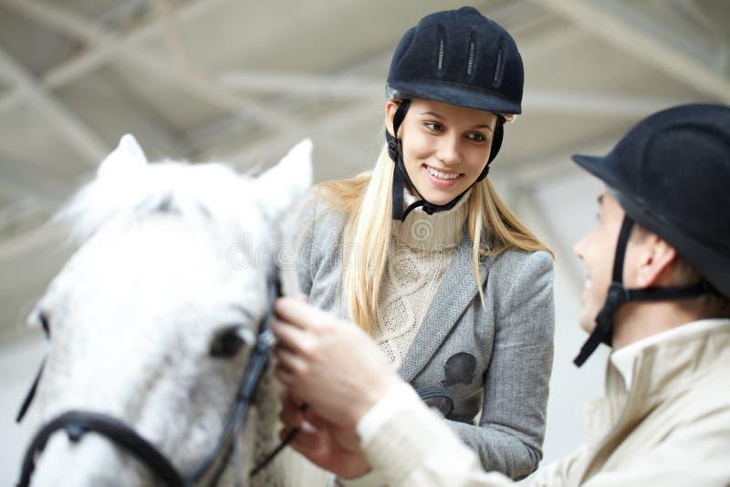 Durante el entrenamiento de la equitación imagen de archivo libre de regalías