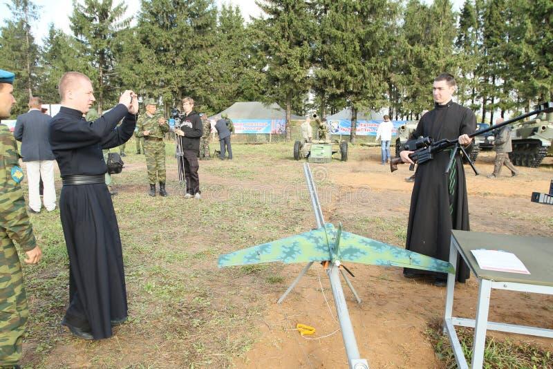 Durante exercícios de cargo de comando com divisão aerotransportada de 98 protetores do th na região de Kostroma fotos de stock