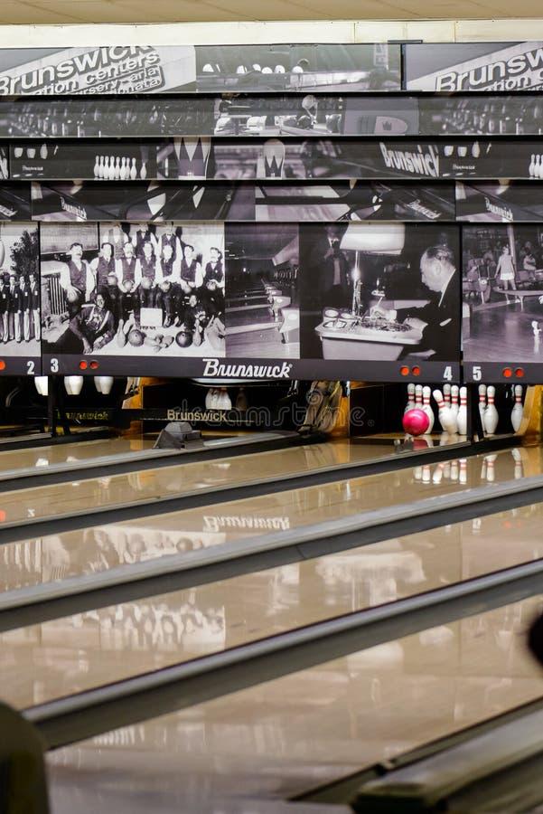 Durante il gioco di bowling fotografie stock