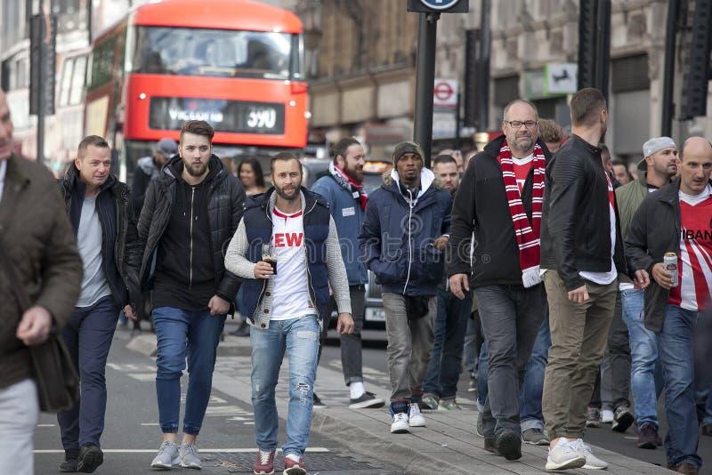 Durante il giorno una grande folla dei fan di Colonia ha marciato con Soho e poi nella via di Oxford che hanno arrestato immagini stock