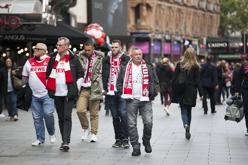 Durante il giorno una grande folla dei fan di Colonia ha marciato con Soho e poi nella via di Oxford che hanno arrestato fotografie stock