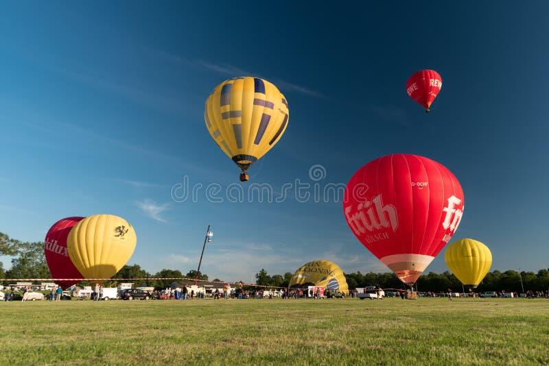 Durante il Kieler Woche 2019 mongolfiere decollano alla vela di pallone internazionale di Willer fotografia stock libera da diritti