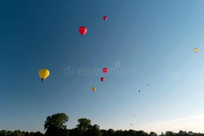 Durante il Kieler Woche 2019 mongolfiere decollano alla vela di pallone internazionale di Willer immagini stock libere da diritti