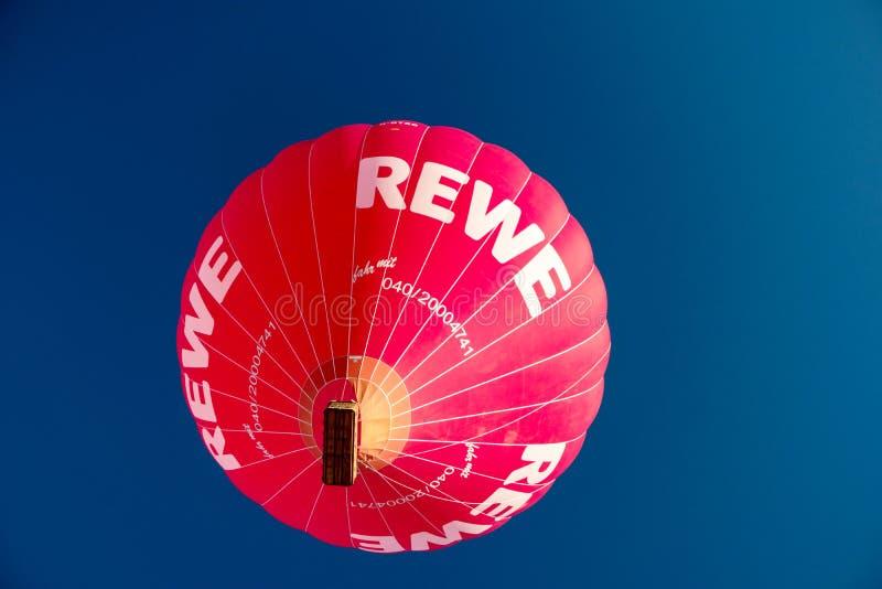 Durante il Kieler Woche 2019 mongolfiere decollano alla vela di pallone internazionale di Willer fotografie stock libere da diritti