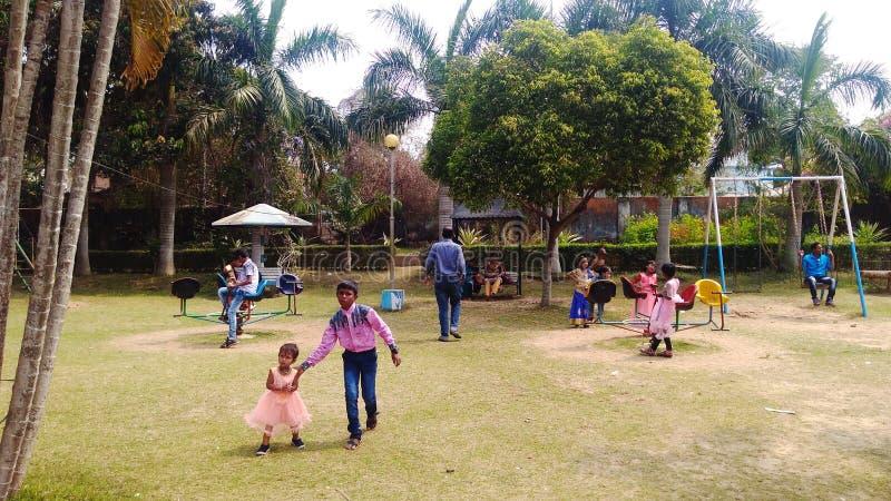 Durante o dia, as crianças pequenas estão jogando no parque fotografia de stock royalty free