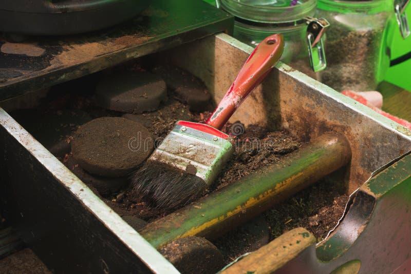 Durante tiempo de la rotura las amoladoras de café y las máquinas del café son muy usadas foto de archivo libre de regalías