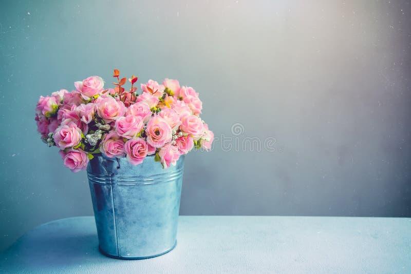 Durata di Stii del mazzo della rosa di rosa in vaso sulla tavola Annata filtrata fotografie stock