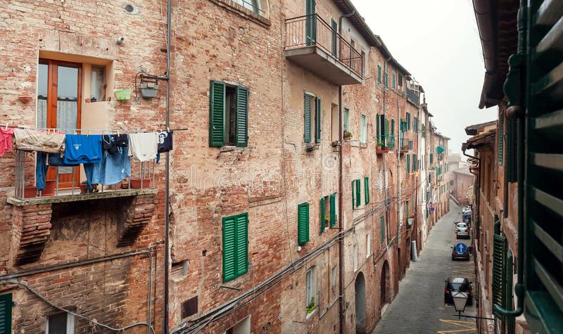 Durata domestica degli italiani, delle case con i balconi e delle vie strette delle città fotografie stock