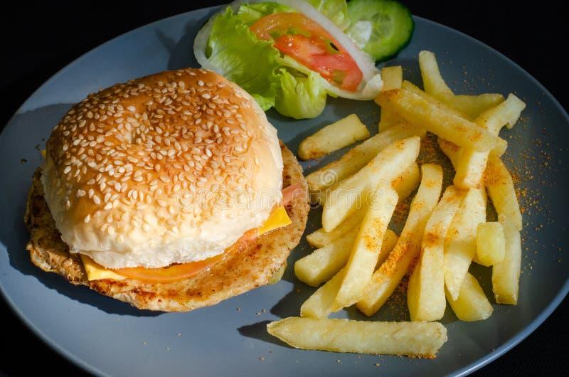 Durban maträtt: Höna- och osthamburgare 01 royaltyfria bilder