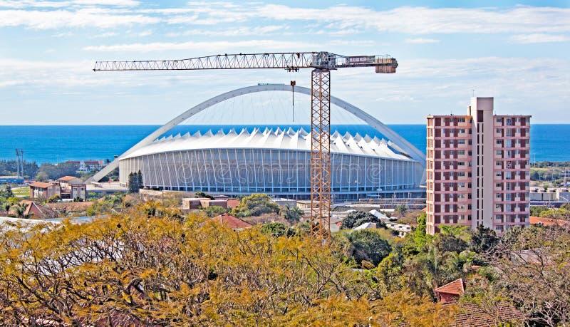 Durban Suráfrica Moses Mabhida Football Stadium y grúa imagen de archivo
